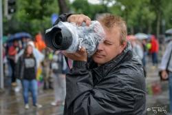 Regenpogenparade mit Regenschutz